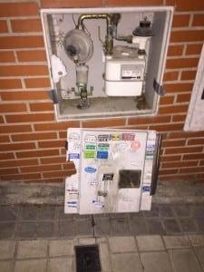 Puerta rota de armario del gas