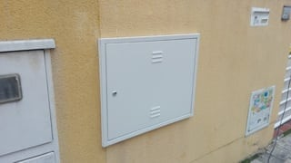 Puertas armarios contadores a medida, puerta instalada
