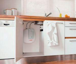 termo eléctrico oculto en los muebles de cocina
