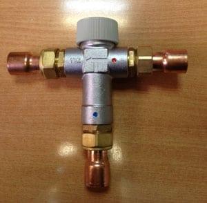 Valvula mezcladora de agua caliente y fria